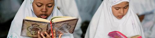 Moslim meisjes lezen koran