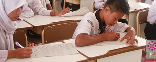 kinderen in schoolbank Anak Bangsa